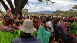 Residents of Loiyangalani, Marsabit, at the end of a community meeting (foto: Mario Kuraki)