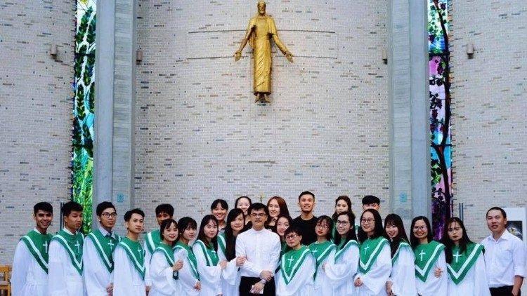 Linh mục Giuse Nguyễn Thanh Nhã, S.J cùng ca đoàn giới trẻ tại Tokyo.