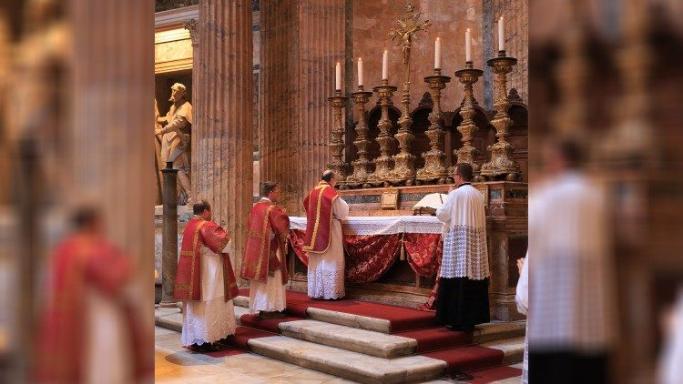 2019.11.01 Santa Messa al Pantheon celebrata dalla Foederatio Internationalis Juventutem
