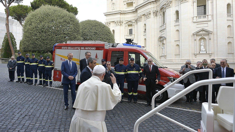 ĐTC Phanxicô làm phép xe mới được tặng cho Đội cứu hỏa Vatican