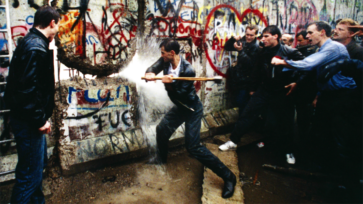 Risultati immagini per caduta muro di berlino