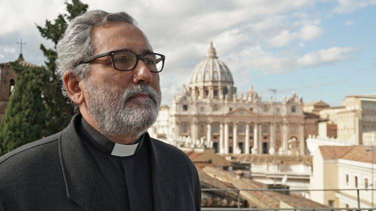 El padre Juan Antonio Guerrero, sj, es licenciado en Economía, Filosofía y Teología.