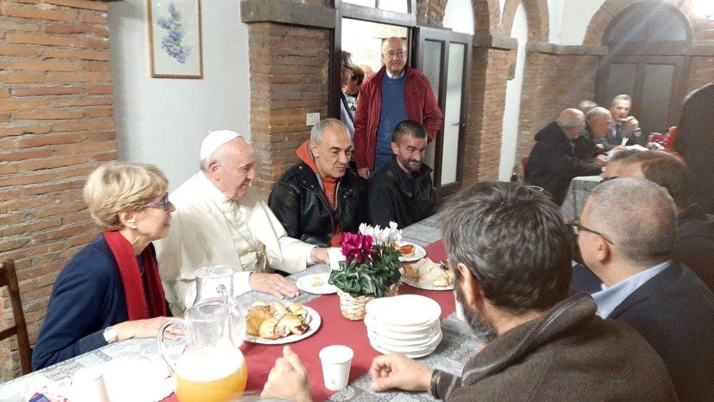 Le voci dei poveri che hanno abbracciato il Papa a Palazzo Migliori -  Vatican News