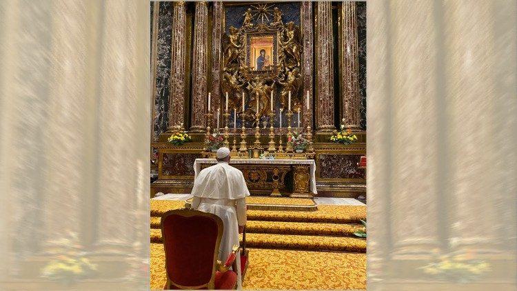 El Papa reza ante el icono mariano de la Salus populi romani.