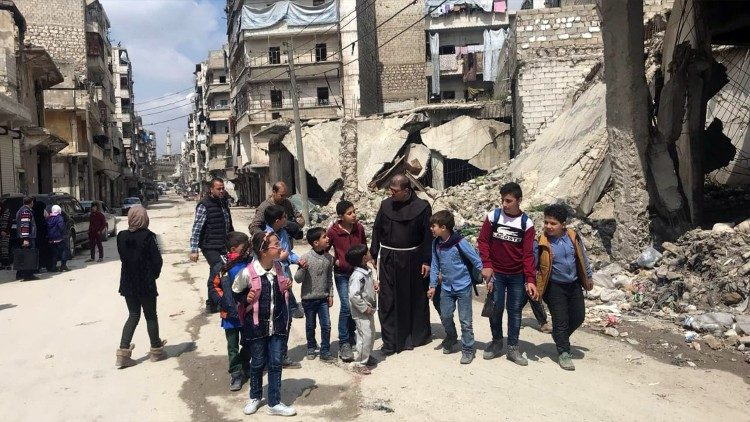 폐허가 된 알레포 시내에서 아이들과 함께 있는 피라스 루프티 신부님