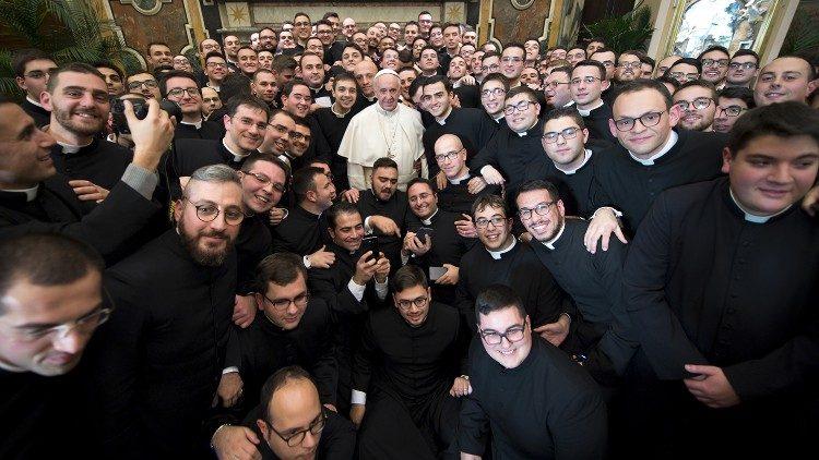 Le Pape avec des membres du séminaire pontifical régional Pie XI des Pouilles.