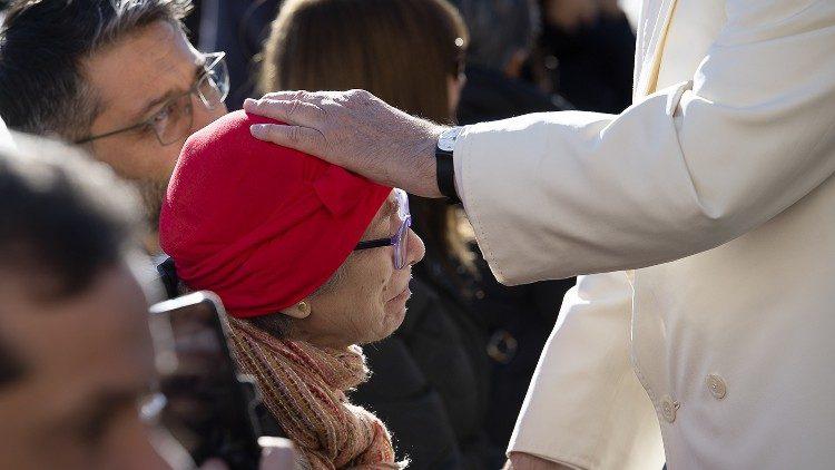 2019.12.04 Papa Francesco incontra un'anziana durante il saluto ai disabili, udienza generale, baciamano