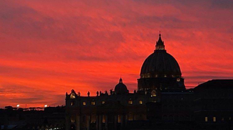 Pogled na baziliko sv. Petra ob sončnem zahodu