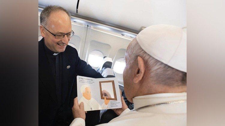 O momento da entrega do rascunho de Pe. Spadaro ao Papa