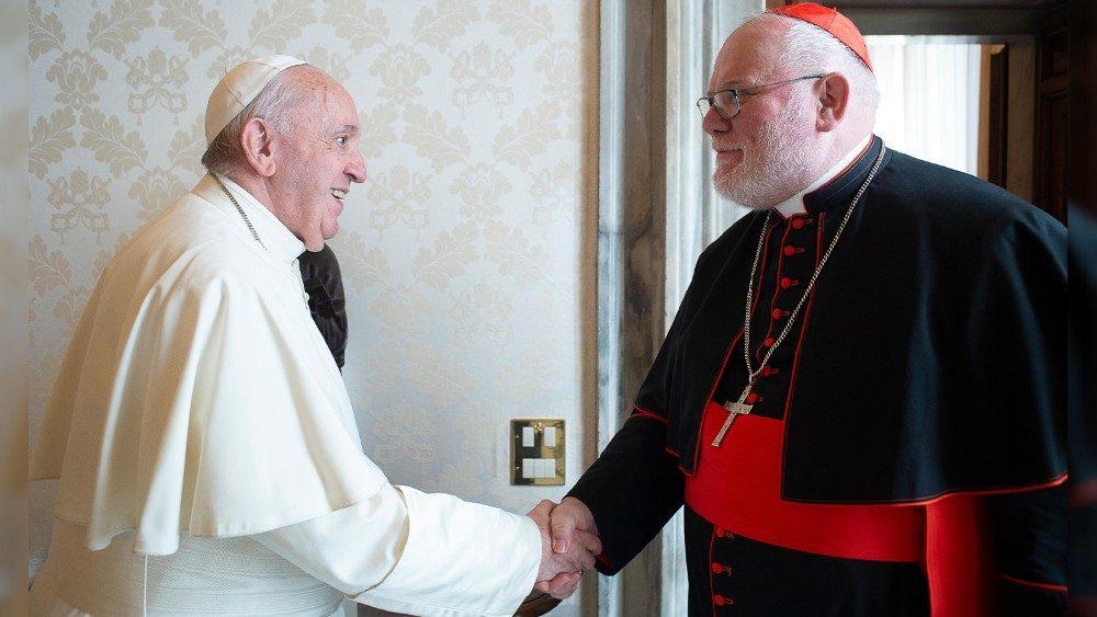 O Papa Francisco com o cardeal Reinhard Marx (foto de arquivo)