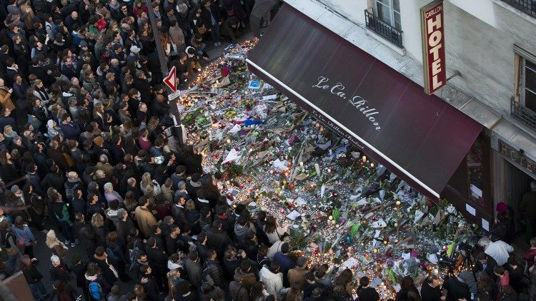 Emotional outpouring in front of the Bataclan, a few days after the bombing