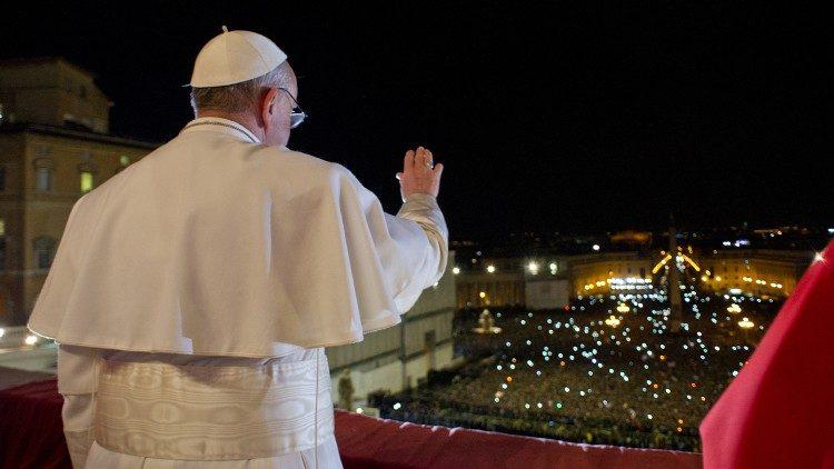 """Le 13 mars 2013, après son élection, le Pape François apparaît pour la première fois à la """"loggia"""" de la basilique Saint-Pierre."""