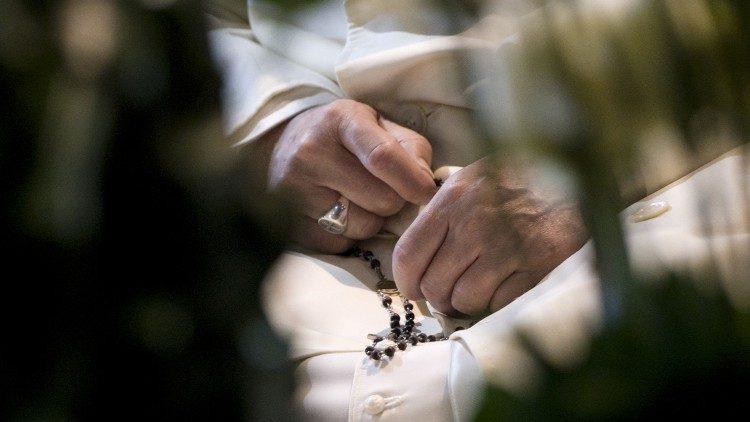 Le Pape priant le chapelet.