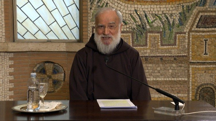 Le père Raniero Cantalamessa durant sa prédication enregistrée.