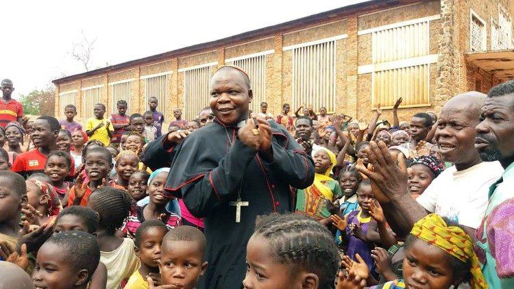 Le cardinal Nzapalainga avec des enfants centrafricains.