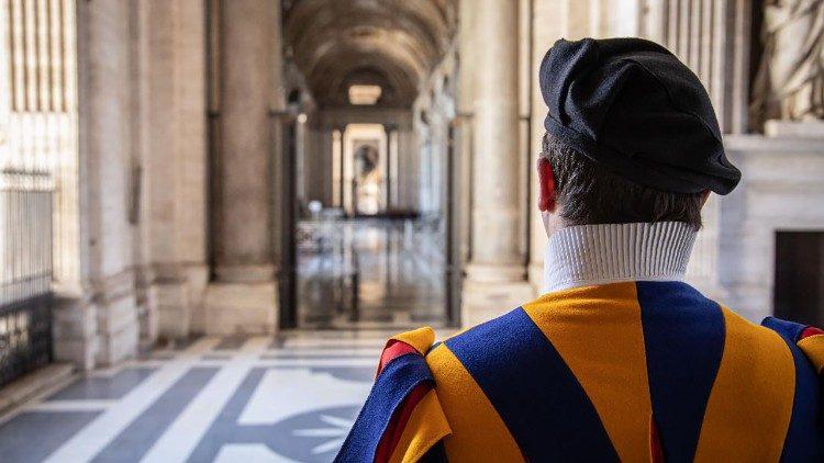Garde suisse dans l'atrium de la basilique Saint-Pierre