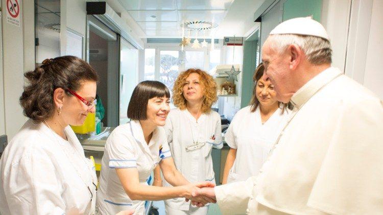 Đức Thánh Cha  trong một buổi gặp gỡ  các  nhân viên y tế