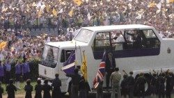 2020.05.19 Crowds greet Pope St John Paul II during his visit to the UK in 1982