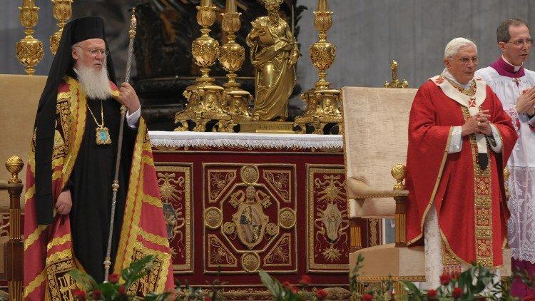 Aus unserem Archiv: Patriarch Bartholomaios I. und Papst Franziskus im Petersdom 2008