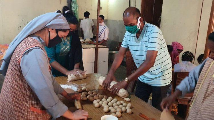 Tu sĩ Ân Độ phục vụ bữa ăn cho người nghèo