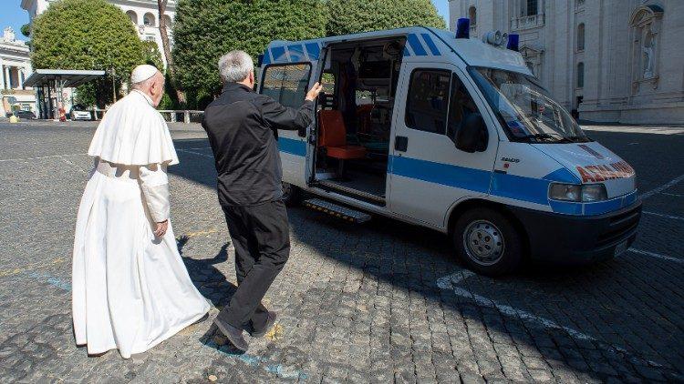 Xe cứu thương cho người nghèo ở Roma