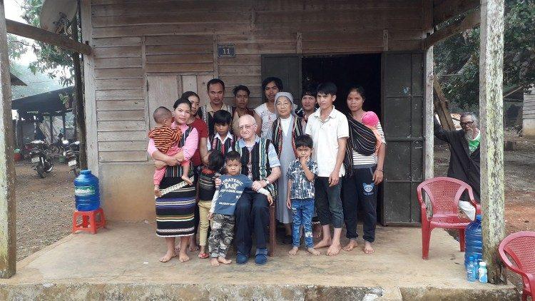 Một đời gắn đời mình với những người nghèo
