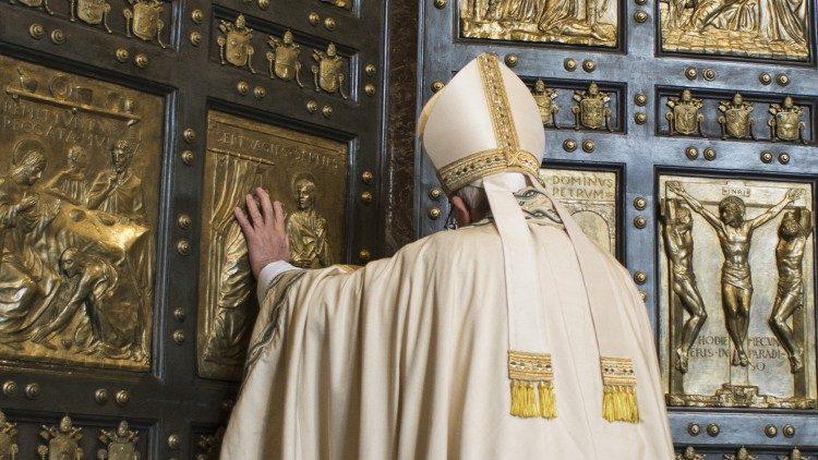 Le Pape François ouvrant la Porte Sainte du Jubilé de la Miséricorde, le 8 décembre 2015.