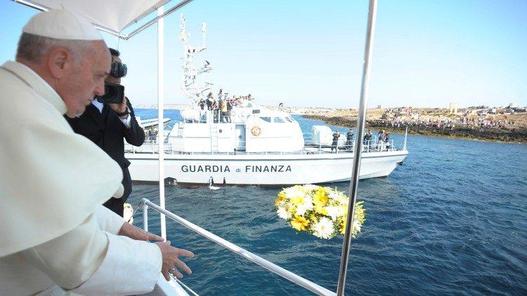 L'omaggio alle vittime del mare nel primo viaggio a Lampedusa