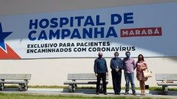 Bishop Vital Corbellini and a group of people in front of the Hospital de Campanha, Marabá