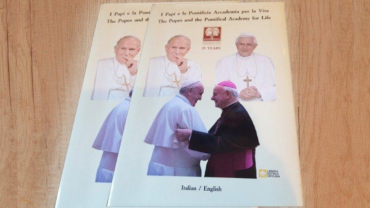 """O livro """"Os Papas e a Pontifícia Academia para a Vida"""""""