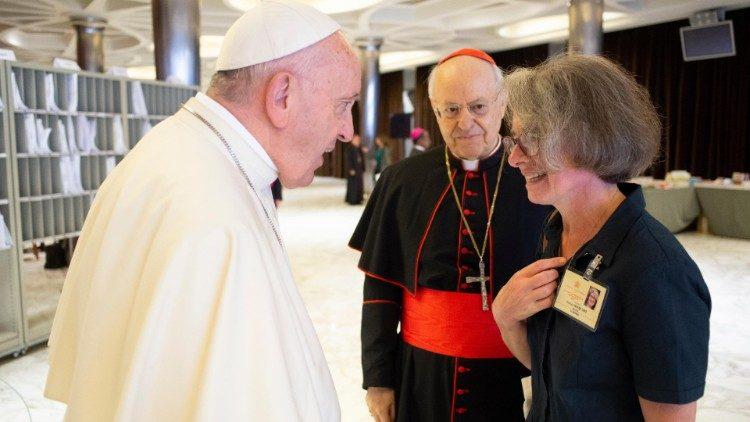 Papež Frančišek in s. Nathalie Becquart med sinodo o mladih
