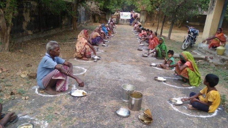 Chia sẻ thực phẩm cho người nghèo trong đại dịch ở Ấn Độ
