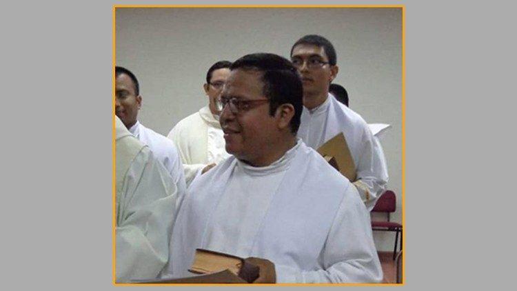 El padre Ricardo Cortéz