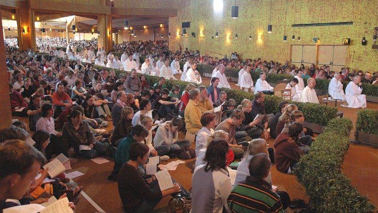 Momento de oración en la Iglesia de la Reconciliación de Taizé.