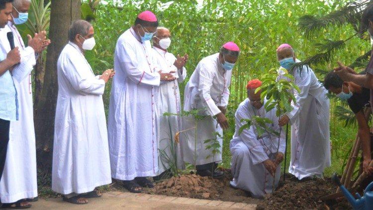 El Cardenal D'Rozario junto con otros obispos mientras lanzaban la iniciativa de plantar árboles