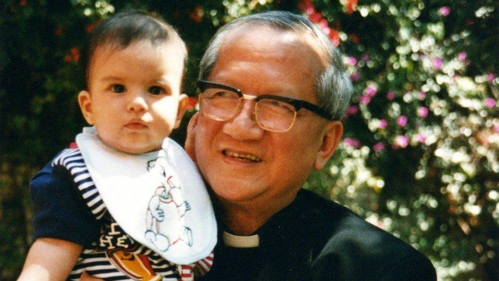 Le cardinal François-Xavier Nguyên Van Thuân avec un enfant