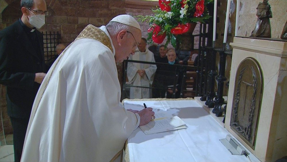 """Sobre la tumba de San Francisco el Papa firma """"Fratelli tutti"""" - Vatican News"""