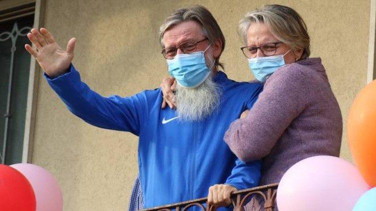 Le père Pierluigi Maccalli de retour dans son village d'origine de Madignano, ici avec sa sœur