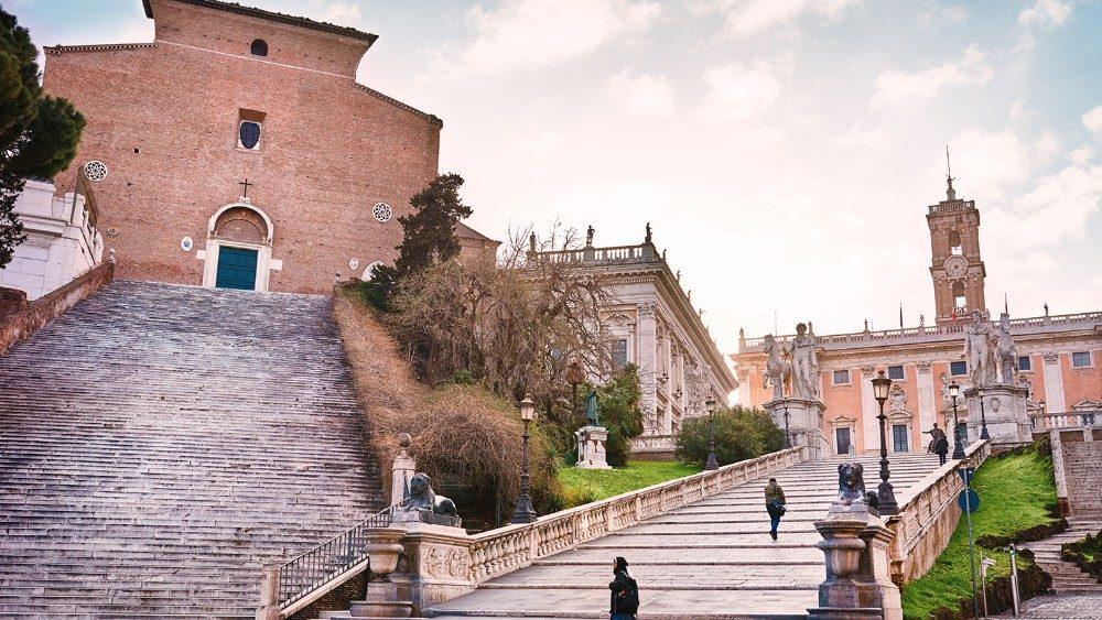 A gauche, la Basilique de Santa Maria in Aracoeli, accessible par son escalier de 124 marches.