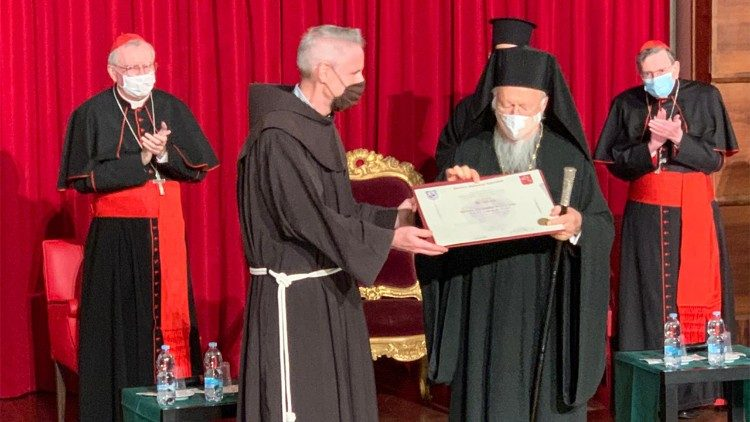 Častni doktorat je patriarhu Bartolomeju izročil generalni minister frančiškanov p. Michael Anthony Perry