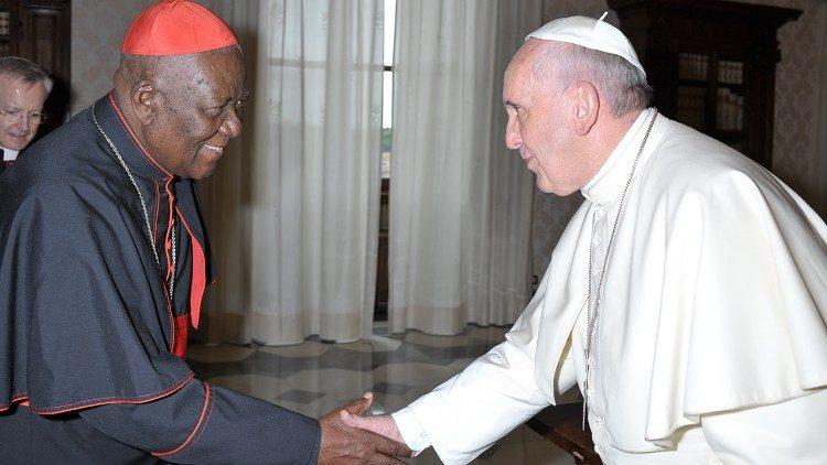 Cardinal Christian Wiyghan Tumi, archevêque émérite de Douala au Cameroun, avec le Pape François
