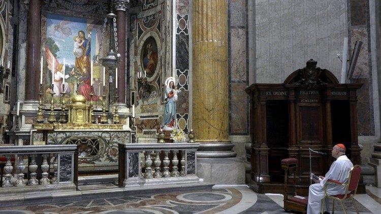 Prière du chapelet et de l'Angélus avec le cardinal Angelo Comastri, basilique Saint-Pierre, le 12 novembre 2020