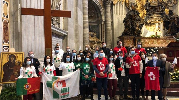 Các bạn trẻ Bồ Đào Nha nhận Thánh giá Ngày Giới trẻ Thế giới