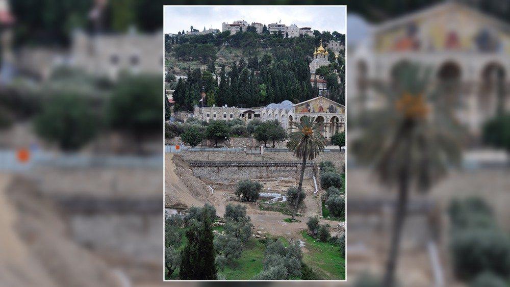 Lo scavo nel giardino sottostante la basilica dell'Agonia al Getsemani (valle del Cedron o di Giosafat). Si tratta del giardino dove celebrò la Santa Messa Papa Benedetto XVI il 12 maggio 2009 durante la sua visita in Terra Santa.