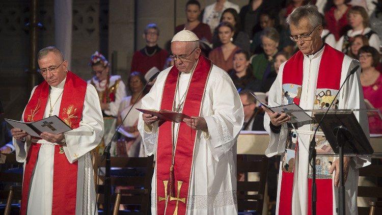 Papa Francesco durante la preghiera ecumenica comune nella Cattedrale di Lund