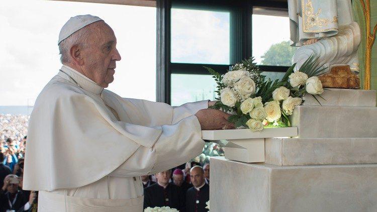 Le Pape François en visite à la chapelle des Apparitions du sanctuaire marial de Fatima, au Portugal, le 12 mai 2017.