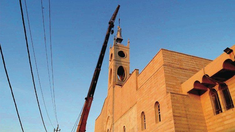 L'installation de la statue de la Vierge, sur la cathédrale Al-Tahira, à Qaraqosh. (crédit: Loÿs de Pampelonne)