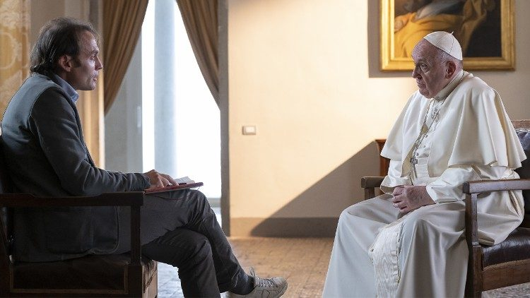 Papež Frančišek med intervjujem z don Marcom Pozzem