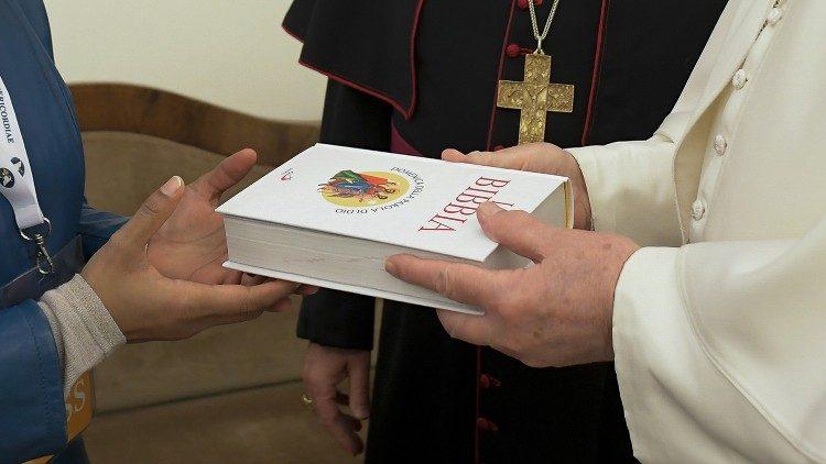 Papa doa a Bíblia por ocasião do Domingo da Palavra a representantes de vários povos