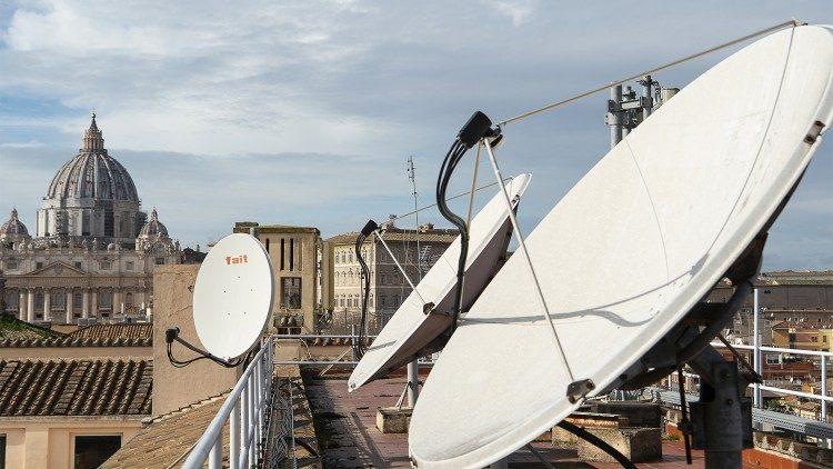 Algumas parabólicas no teto da sede da Rádio Vaticano - com vista para a Basílica de São Pedro